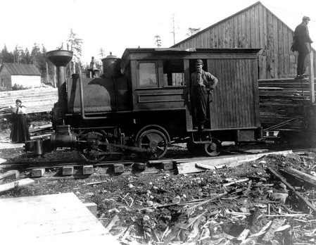 Locomotive_of_the_Yakutat_and_Southern_Rwy_Co,_Yakutat,_Alaska_Sept_1,_1907_(COBB_280)